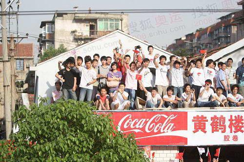组图:奥运圣火在武汉传递 市民摩肩接踵观圣火