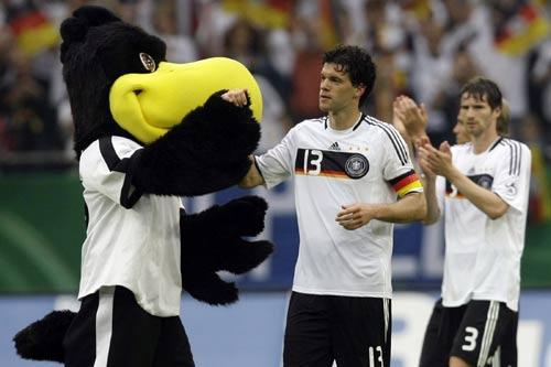 图文:热身赛德国2-1塞尔维亚 吉祥物祝贺德国