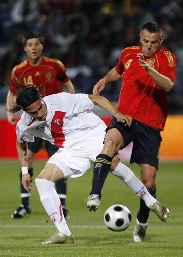 图文:[热身赛]西班牙战秘鲁 马切纳断球