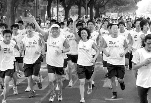 王军霞带领长跑队伍为奥运加油 为四川加油