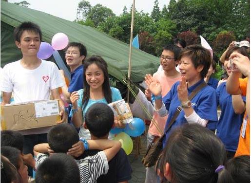 """诺基亚中国公司副总裁萧洁云等为一直坚守在什邡""""二十米大街帐篷小学""""的大学生志愿者送去了慰问品,并和孩子们一起为大学生志愿者高婷婷老师庆祝生日。"""