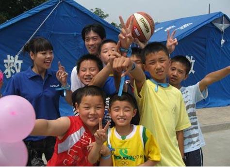"""诺基亚志愿者为什邡""""二十米大街帐篷小学""""孩子们带来了六一节礼物,让孩子们欢呼雀跃。"""