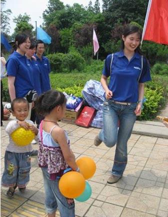 """诺基亚志愿者与""""二十米大街帐篷小学""""的孩子们做游戏,欢度六一儿童节。"""