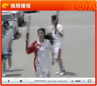 视频:香港艺人莫文蔚传圣火 高举祥云挥手致意