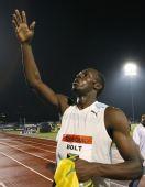 图文:博尔特打破百米世界纪录 赛后向观众致意