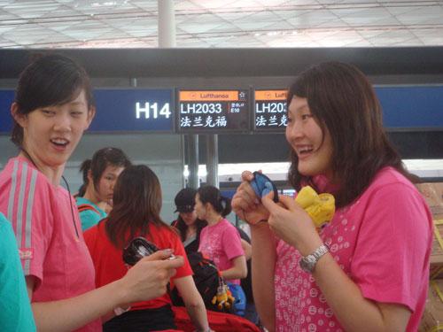 图文:中国女排出征瑞士赛 大梅与薛明交谈