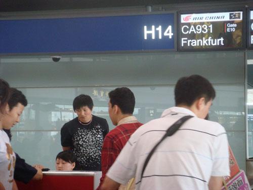 图文:中国女排出征瑞士赛 女排办理登机手续