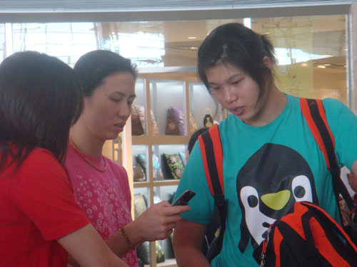 图文:中国女排出征瑞士赛 徐云丽周苏红看短讯