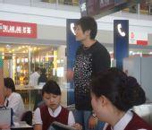 图文:中国女排出征瑞士赛 杨昊客串机场地勤