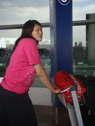 图文:中国女排出征瑞士赛 王一梅轻松出战