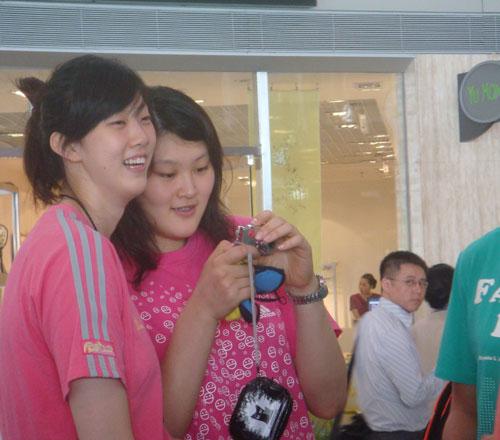 图文:中国女排出征瑞士赛 薛明与王一梅忙着看合照