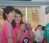 图文:中国女排出征瑞士赛 薛明王一梅忙看合照