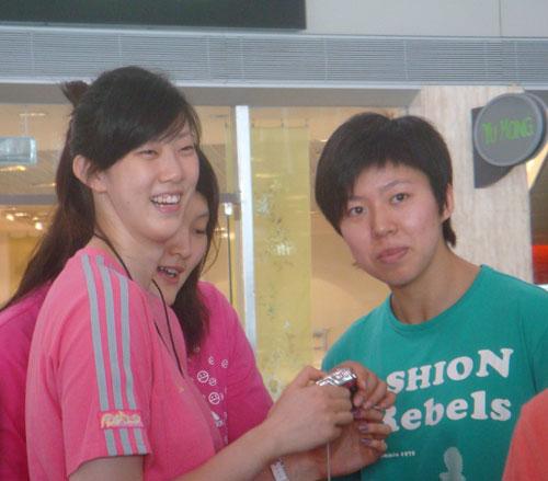 图文:中国女排出征瑞士赛 薛明与赵燕妮合影