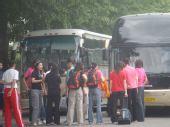 图文:中国女排出征瑞士赛 队员们离开天坛公寓