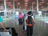 图文:中国女排出征瑞士赛 队员走进3号航站楼