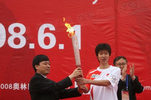 宜昌市委书记和李婷共同展示火炬