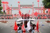 组图:圣火宜昌传递 市民心系灾区热情迎圣火