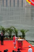 图文:奥运圣火在宜昌传递 曹广晶点燃圣火盆