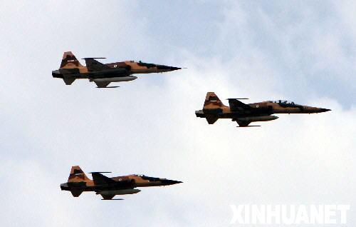4月17日,在伊朗首都德黑兰举行的建军节阅兵式上,三架伊朗战斗机从阅兵场上空飞过。 新华社记者梁有昶摄