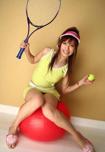 图文:网球宝贝写真尺度大胆 小美女头戴遮阳帽