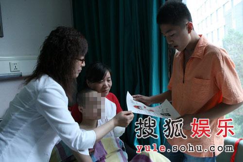 李厚霖委托姐姐(身穿白衣者)前往医院探望受伤儿童