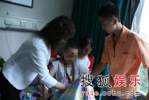 李厚霖委托姐姐(身穿白衣者)为受伤儿童准备了礼物