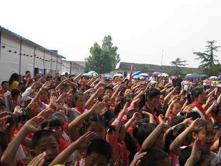 升国旗,行少先队礼-北京 灾区小朋友手牵手欢度六一