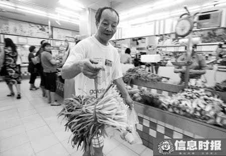 用干水草捆扎蔬菜的老法子又重出江湖了。摄影 时报记者 朱元斌