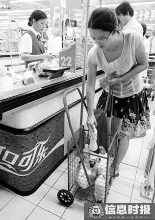 一些市民将自家的手推车带进了超市、肉菜市场。摄影 时报记者 朱元斌