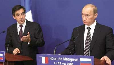 5月29日,法国总理菲永(左)在巴黎总理府与俄罗斯总理普京出席记者会。新华社发