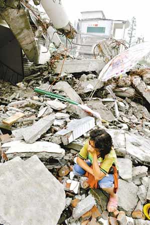 震后的都江堰一片废墟。