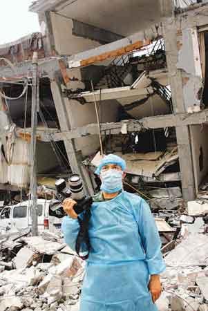一名记者在灾区现场。