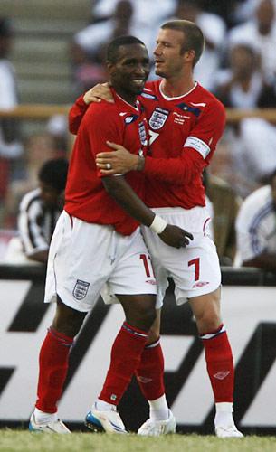 拥抱!光义��[Z[0_图文:[友谊赛]英格兰3-0特尼立达 与迪福拥抱