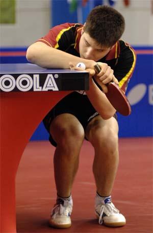 奥恰洛夫标志性动作:下蹲式发球