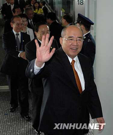 5月31日,吴伯雄一行抵达香港国际机场。 新华社记者 公磊 摄