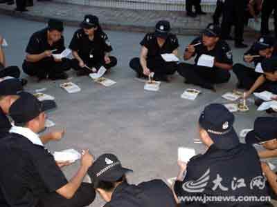 南昌特警队员围在一起吃饭。