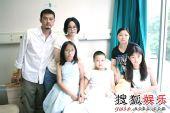 图:李亚鹏王菲到医院探访北川伤童 - 大家合影