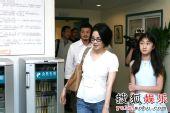 图:李亚鹏王菲到医院探访北川伤童 - 03
