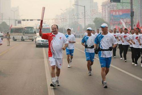 希腊驻华大使米哈依勒·坎巴尼斯先生在古城荆州传递祥云火炬