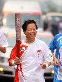 图文:北京奥运圣火荆州传递 火炬手樊明武传递