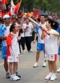 图文:北京奥运圣火荆州传递 江福英与梦鸽交接