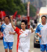 图文:北京奥运圣火荆州传递 火炬手梦鸽传递