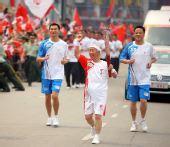 图文:北京奥运圣火荆州传递 火炬手石矗昭传递