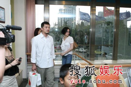 李亚鹏王菲夫妇抵达医院