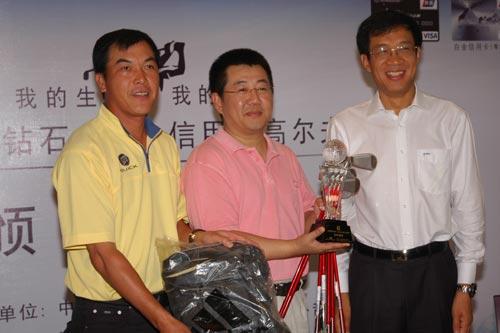 中国建设银行副行长范一飞先生(右)、中国著名职业高尔夫球员张连伟先生(左)一同上台为总杆冠军陈东先生(中)颁奖