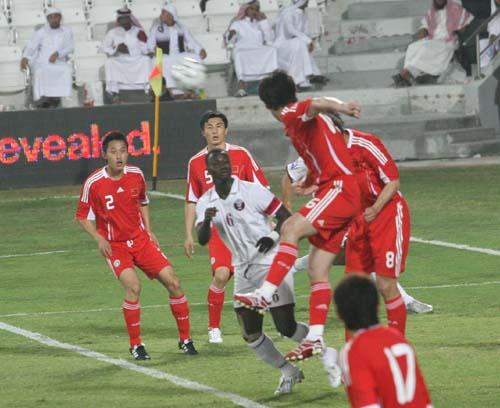 图文:[世预赛]卡塔尔VS国足 张耀坤头球解围