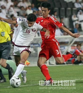 图文:[世预赛]卡塔尔VS国足 孙祥准备解围
