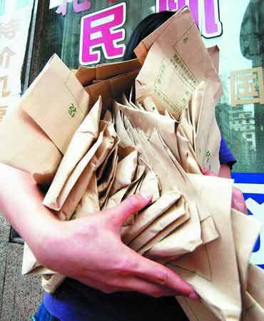 """钟小姐花了3400元买来了这么多包所谓的""""特效药""""。时报记者 郑启文 摄"""