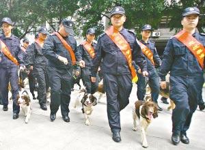 28名民警和28只警犬整装待发。