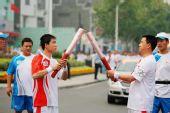 组图:奥运圣火在荆州传递 102棒火炬手传圣火